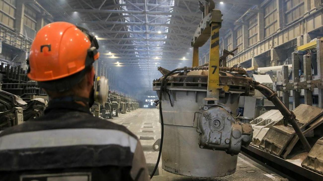 """NOVOKUZNETSK, RUSSIA – JUNE 23, 2021: Pouring aluminum from RA-167 electrolysers with pre-baked anodes developed by Rusal engineer centre at an electrolysis facility the Rusal Novokuznetsk Aluminum Smelter. Yaroslav Belyaev/TASS  Ðîññèÿ. Íîâîêóçíåöê. Âûëèâêà ìåòàëëà èç ýëåêòðîëèçåðîâ ÐÀ-167 íîâîãî ïîêîëåíèÿ íà ïðåäâàðèòåëüíî îáîææåííûõ àíîäàõ, ñîáñòâåííîé ðàçðàáîòêè èíæåíåðíî-òåõíîëîãè÷åñêîãî öåíòðà ÐÓÑÀËà, íà ýëåêòðîëèçíîì ïðîèçâîäñòâå íà ïðåäïðèÿòèè ÀÎ """"Ðóñàë Íîâîêóçíåöêèé àëþìèíèåâûé çàâîä"""". ßðîñëàâ Áåëÿåâ/ÒÀÑÑ"""
