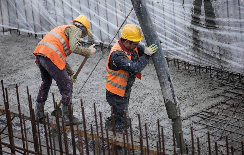 GROZNY, RUSSIA - NOVEMBER 9, 2017: Workers grouting the basement pit for the future Grozny Mall. Alongside the Akhmat Tower and the Kausar recreational area, the mall is to be part of a new architectural complex. Yelena Afonina/TASS  Ðîññèÿ. Ãðîçíûé. 9 íîÿáðÿ 2017. Âî âðåìÿ ïðîöåññà íåïðåðûâíîé çàëèâêè áåòîíà â ôóíäàìåíò ÒÐÖ