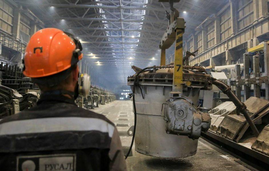 NOVOKUZNETSK, RUSSIA – JUNE 23, 2021: Pouring aluminum from RA-167 electrolysers with pre-baked anodes developed by Rusal engineer centre at an electrolysis facility the Rusal Novokuznetsk Aluminum Smelter. Yaroslav Belyaev/TASS  Ðîññèÿ. Íîâîêóçíåöê. Âûëèâêà ìåòàëëà èç ýëåêòðîëèçåðîâ ÐÀ-167 íîâîãî ïîêîëåíèÿ íà ïðåäâàðèòåëüíî îáîææåííûõ àíîäàõ, ñîáñòâåííîé ðàçðàáîòêè èíæåíåðíî-òåõíîëîãè÷åñêîãî öåíòðà ÐÓÑÀËà, íà ýëåêòðîëèçíîì ïðîèçâîäñòâå íà ïðåäïðèÿòèè ÀÎ