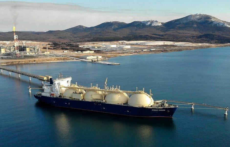 SAKHALIN REGION, RUSSIA - DECEMBER 22, 2018: The Cygnus Passage LNG carrier by a quay of a liquid natural gas plant in the village of Prigorodnoye, Korsakov District. Sergei Krasnoukhov/TASS  Ðîññèÿ. Ñàõàëèíñêàÿ îáëàñòü. Òàíêåð-ãàçîâîç