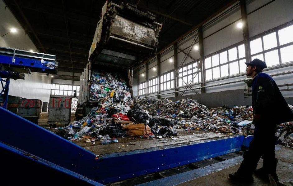 MOSCOW, RUSSIA - APRIL 5, 2019: A garbage truck unloading at the EcoLine waste management station in Moscow. Gavriil Grigorov/TASS  Ðîññèÿ. Ìîñêâà. Ïëîùàäêà ïðèåìà ìóñîðà íà òåððèòîðèè ìóñîðîñîðòèðîâî÷íîãî êîìïëåêñà